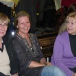 Tre glada tjejer som väntar på att showen skall komma igång