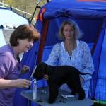 Birgitta hjälper till med sista putsen