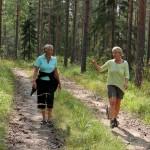 Lena och Marie i djupt samspråk under skogspromenaden