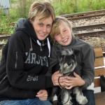 En frusen Linda med Moa och Amanda väntar på tåget