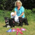 En väldigt stolt Marie med några mycket varma och trötta hundar