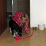 Amanda tror visst att Moa är en katt